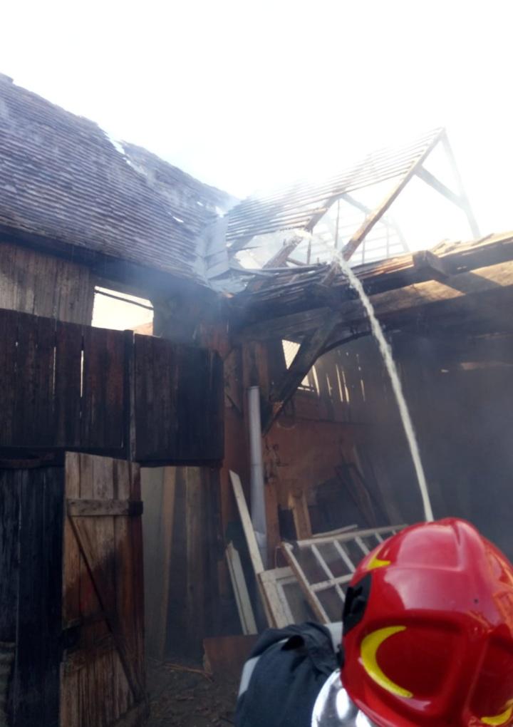 Două persoane au avut nevoie de îngrijiri medicale după un incendiul la Brateiu