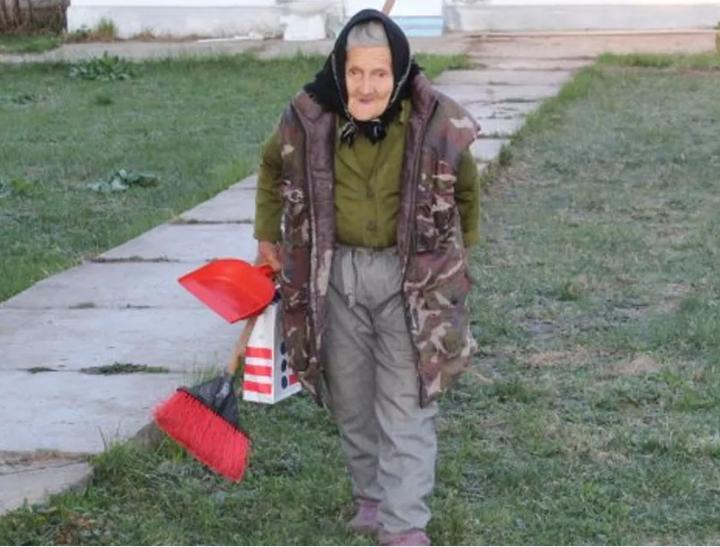 O bătrânică de 83 de ani din Gorj muncește ca femeie de serviciu pentru a-și completa pensia