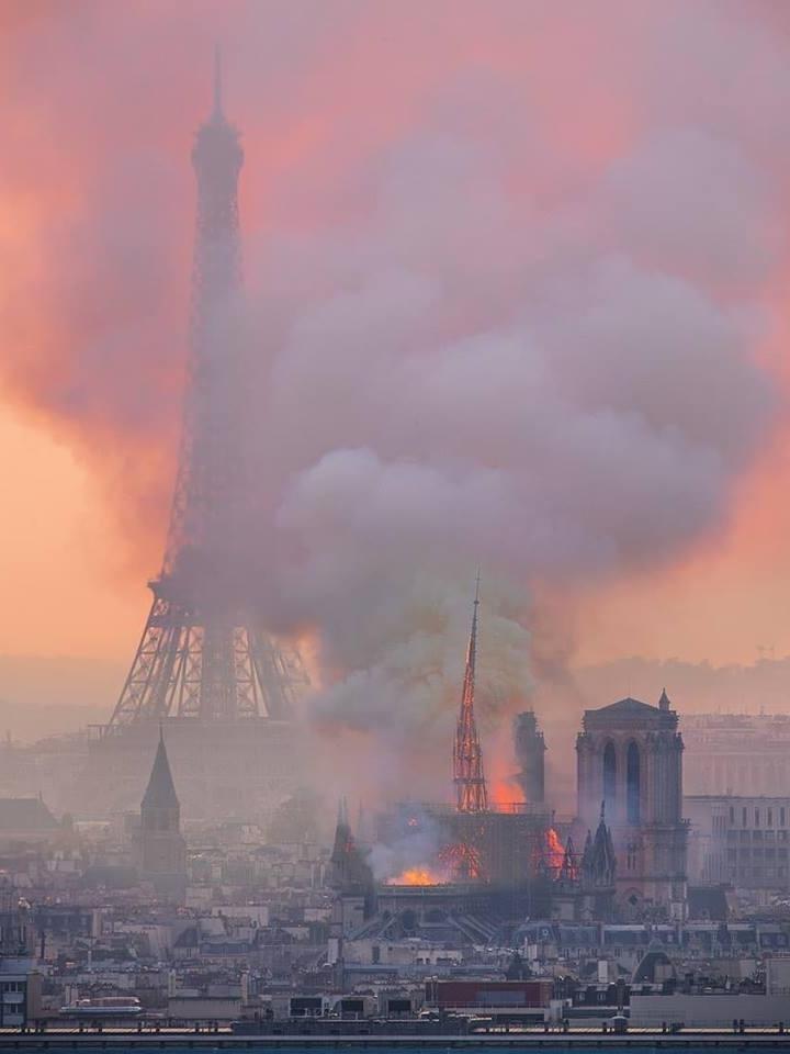 Incendiu la Notre-Dame a fost stins dar au ars 850 de ani de istorie și structura de rezistență este grav afectată