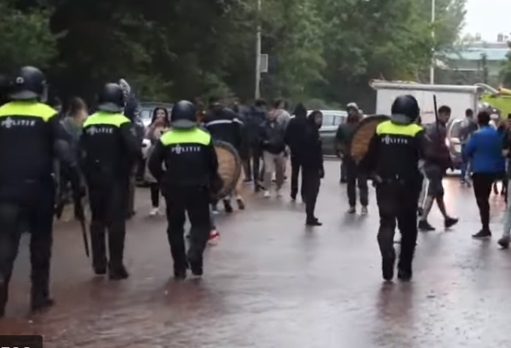 Poliția olandeză a dispersat românii supărați, care nu au reușit să voteze, cu bastoanele
