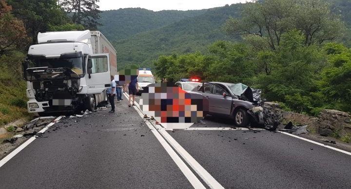 Impact frontal între un autoturism și un TIR pe Valea Oltului. Șoferul a decedat