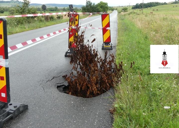 Pe DJ 106 Sibiu – Agnita a apărut o gaură de peste 1 metru adâncime