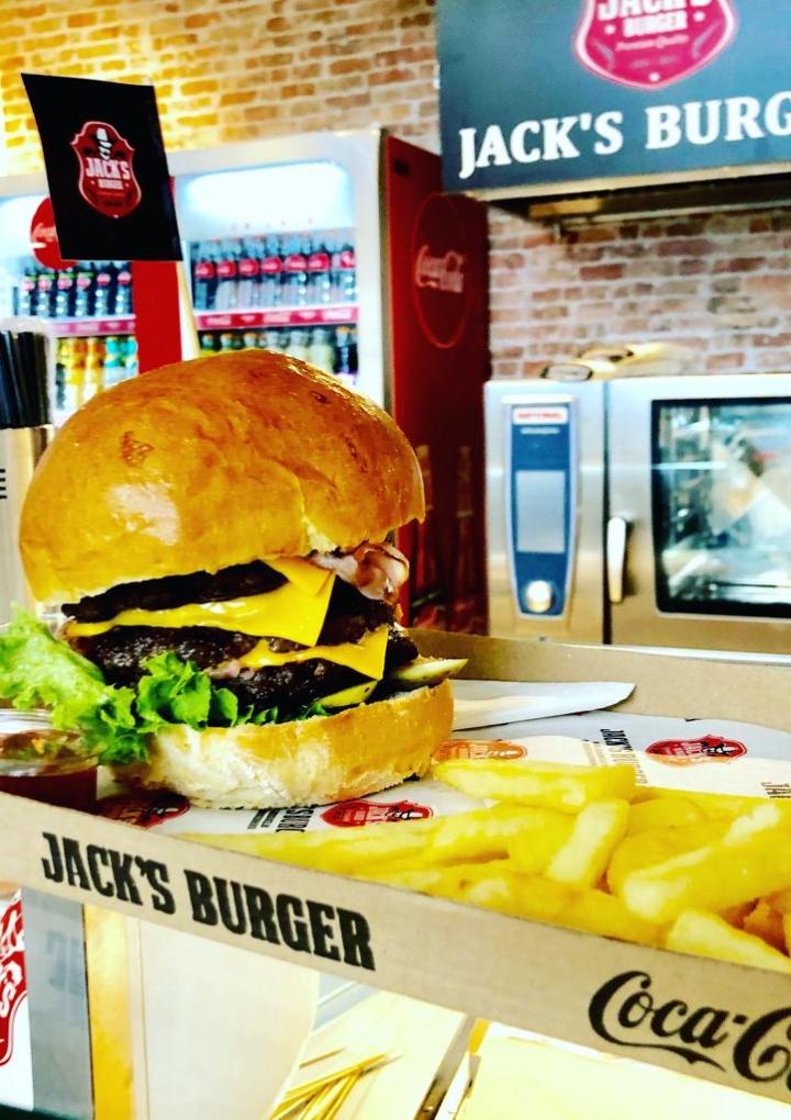 Burgerul american a ajuns și la Sibiu. Jack's Burger, calitate, ingrediente sănătoase și prospețime pentru toate gusturile