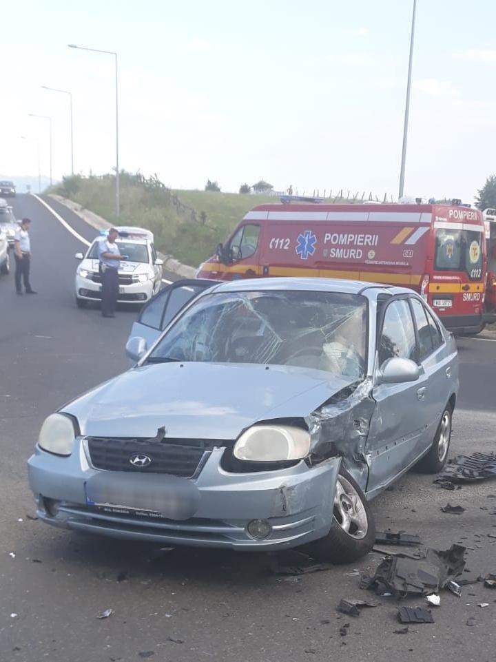Accident la ieșire de pe A1. Două mașini și 6 persoane implicate.