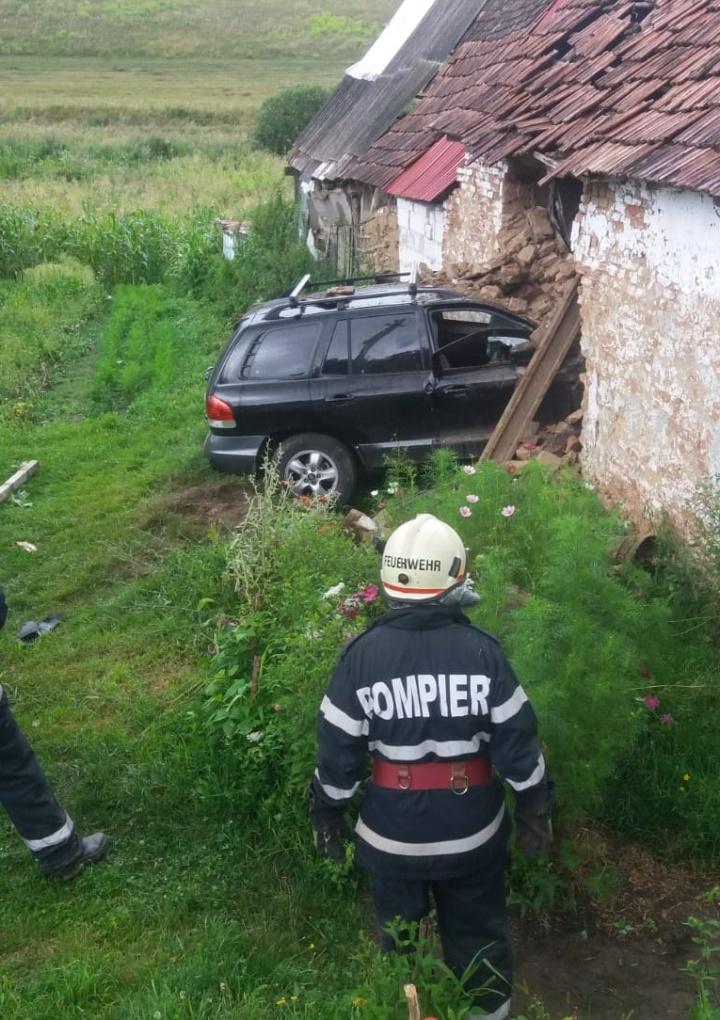 Un șofer de 64 de ani a intrat cu mașina într-o casă