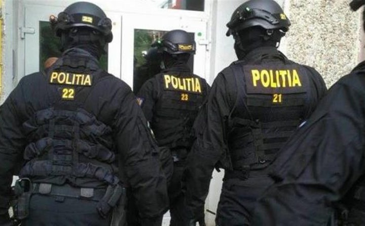 Ofițerii DGA au descins miercuri în locuințele unor angajați RAR și Serviciul Înmatriculări, în încercarea de a strange informații în 3 dosare de mită și fapte de corupție în domeniul înmatriculării autoturismelor